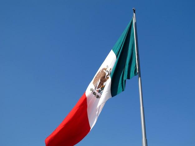 La bandera en el zócalo (plaza de la constitución), ciudad de méxico, méxico