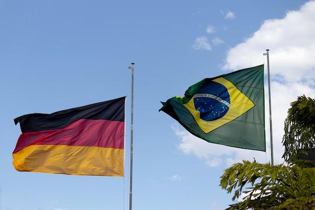 Banderas alemanas y brasileñas ondeando al viento