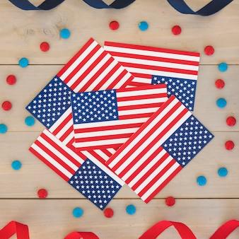 Banderas de américa con decoraciones para el día de la independencia.