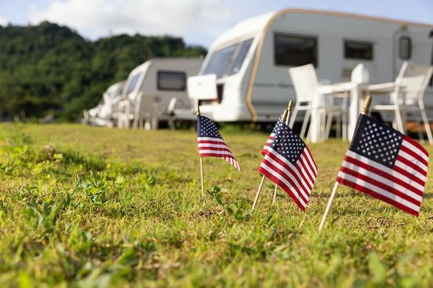 Banderas americanas y caravanas en un campamento