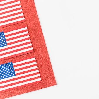 Banderas americanas en terciopelo rojo