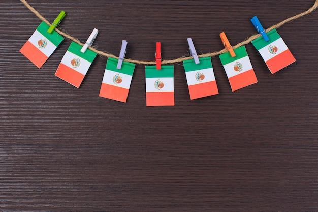 Banderas de méxico en tendedero atado con pinzas de madera