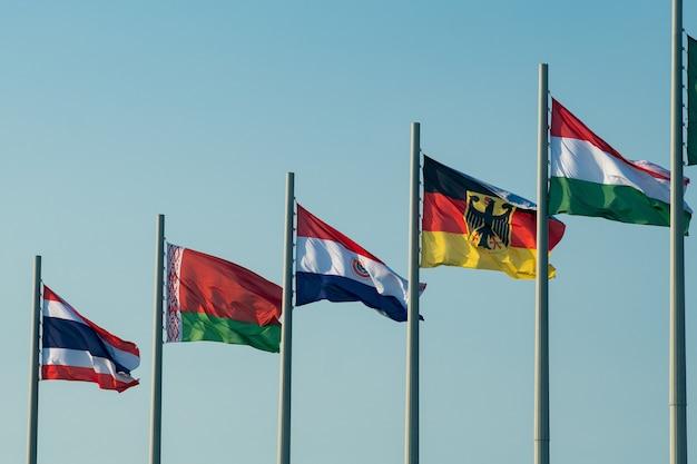 Banderas nacionales de los países europeos contra el cielo azul