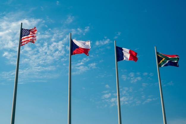Banderas nacionales de los países europeos y estados unidos contra el cielo azul