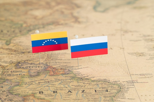 Banderas de rusia y venezuela en el mapa mundial. fotografía conceptual, política y orden mundial