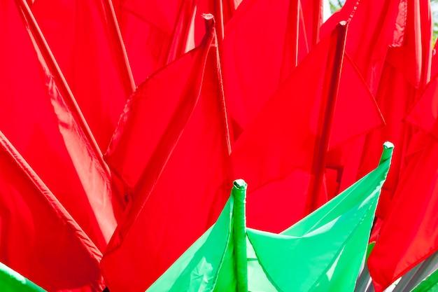 Banderas verdes y rojas para decorar la ciudad