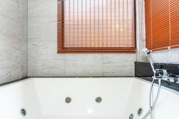 Bañera blanca y decoración interior del baño