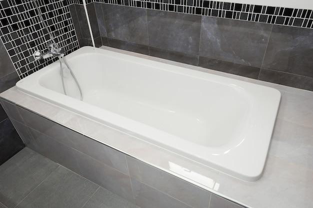 Bañera de cerámica blanca en baño