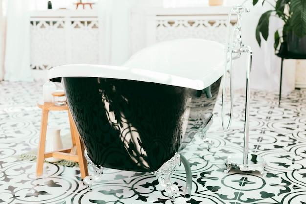 Bañera elegante con elementos de baño