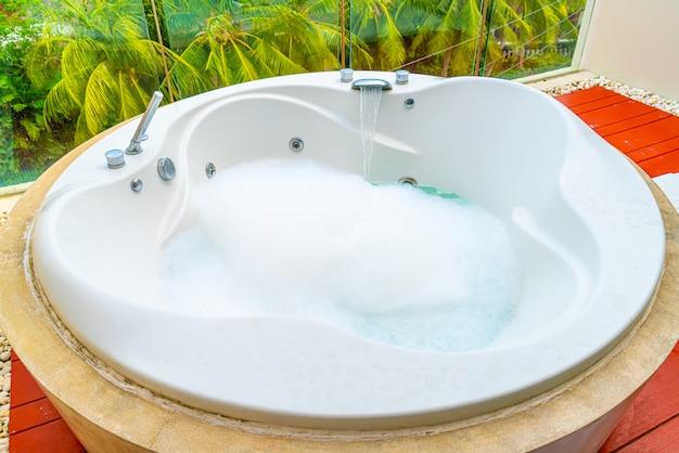 Bañera de hidromasaje en el balcón
