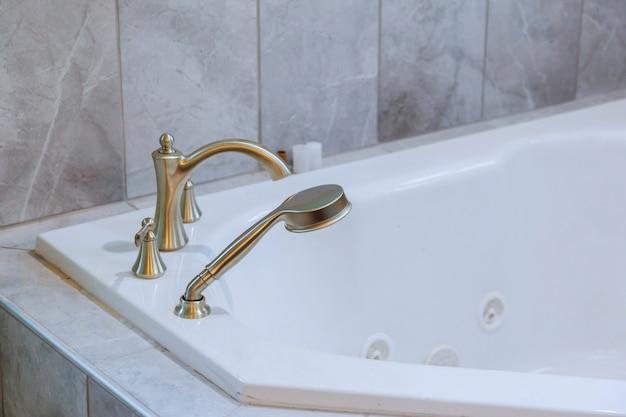 Bañera independiente con baño moderno baño blanco.