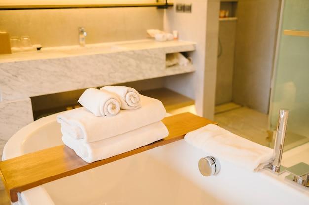 Bañera y toalla de lujo dentro del dormitorio en el hotel.
