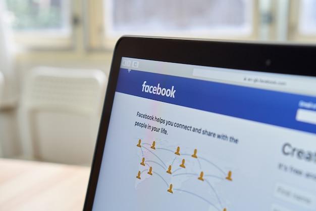 Bangkok, tailandia - 15 de octubre de 2017: ciérrese encima de iconos de facebook en apple macbook. el sitio de redes sociales más grande y popular del mundo.
