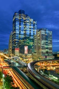 Bangkok tráfico por la noche.