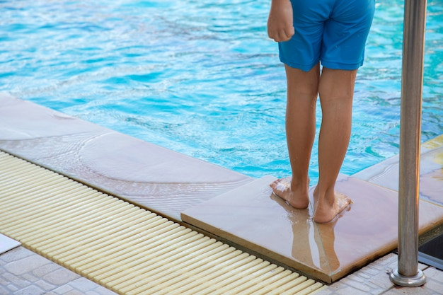 Bañista infantil de pie junto a piscina concepto de ahogamiento.