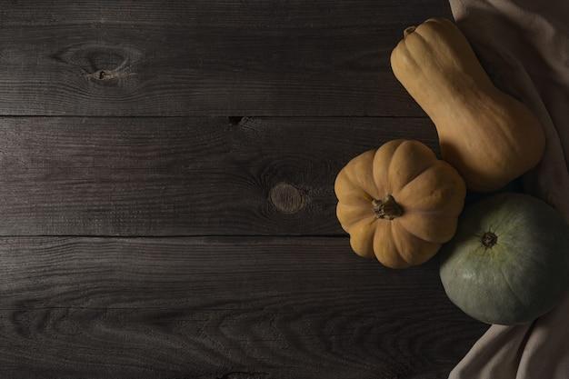 Banner de borde inferior otoñal de calabazas, calabazas y decoración otoñal en una madera rústica