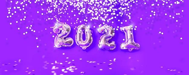 Banner de celebración de año nuevo 2021. globos de lámina de oro numeral confeti brillante plateado