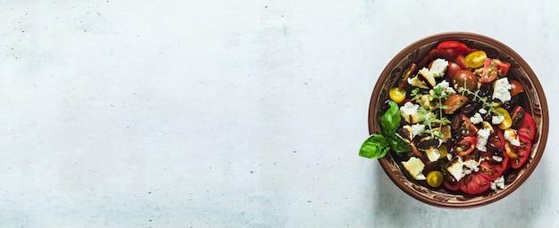 Banner de ensalada de panzanella toscana tradicional italiana con tomates frescos y queso en platos de arcilla. auténtica comida mediterránea saludable