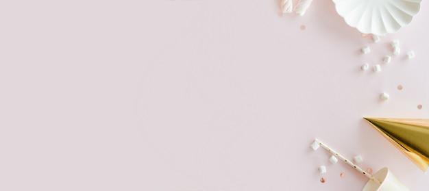 Banner de fiesta con suministros de cumpleaños. fondo rosa polvoriento