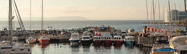 Banner marine park para barcos en la orilla del mar de japón.