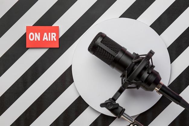 Banner y micrófono de transmisión de radio en vivo