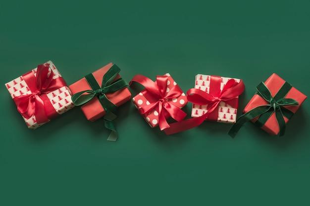 Banner de navidad de vacaciones regalos rojos sobre fondo verde. día de boxeo. tarjeta de felicitación. invierno. feliz año nuevo. espacio para texto