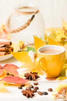Banner de otoño con una taza de café con canela en madera blanca
