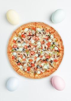 Banner de promoción de pizza de pascua. pizza y huevos de pascua