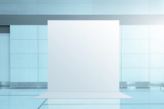 Banner publicitario rodeado de espejos