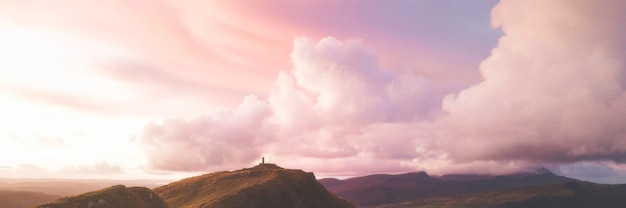 Banner social rosa cielo nublado