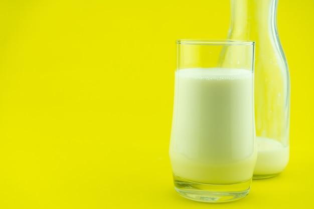 Banner de un vaso de leche sobre fondo de colores día de la leche espacio de copia