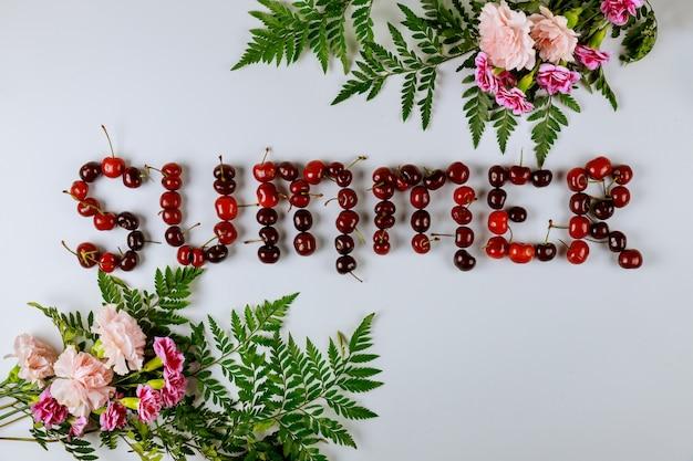 Banner de venta de verano con cerezas y flores.