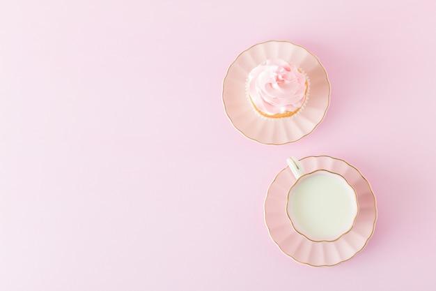 Banner vertical rosa pastel con cupcakes decorados, taza de café con leche