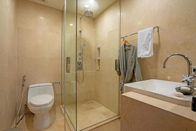 Baño con ducha separada, inodoro y lavabo.
