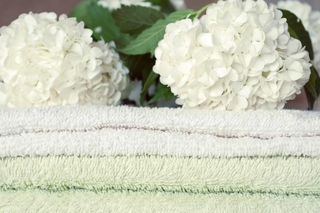 Baño de flores. toallas de spa con flores