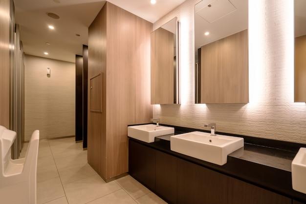 Baño del hotel con un diseño interior moderno.