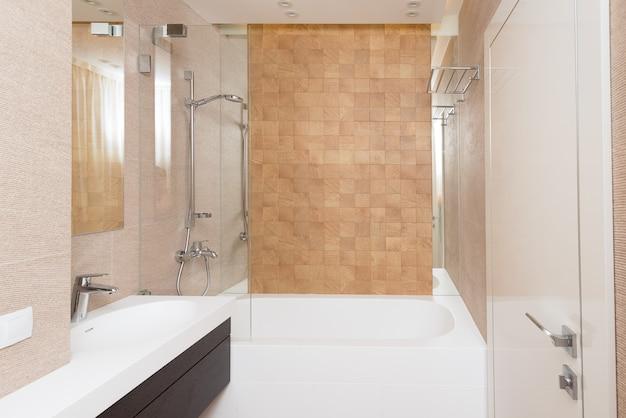 Baño de invitados en tonos cálidos.