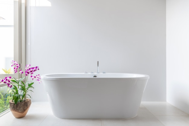 Baño de lujo con bañera con flor.
