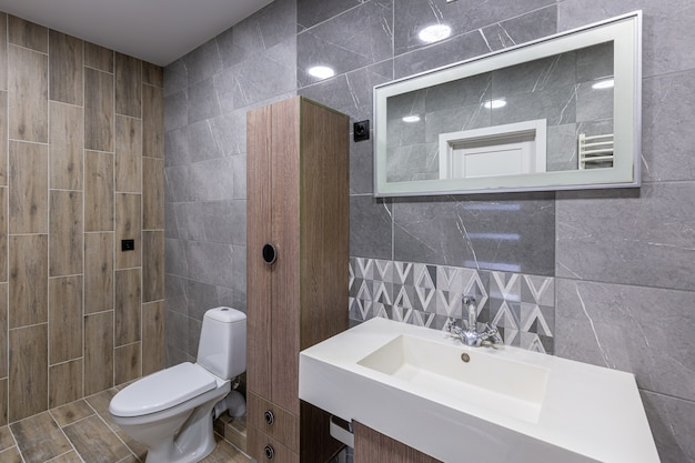 Baño de lujo blanco espacioso moderno