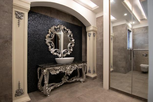 Baño de lujo y diseño moderno.