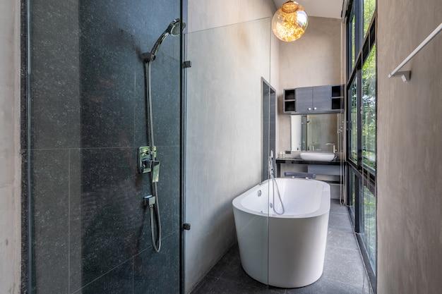 El baño de lujo loft cuenta con bañera con flores.