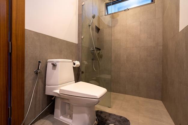 Baño moderno en casa de lujo
