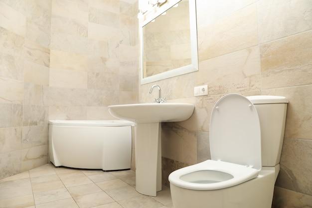Baño moderno en color beige claro