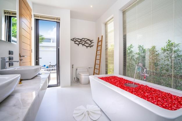 Baño moderno, ducha sinkm y bañera en villa de lujo