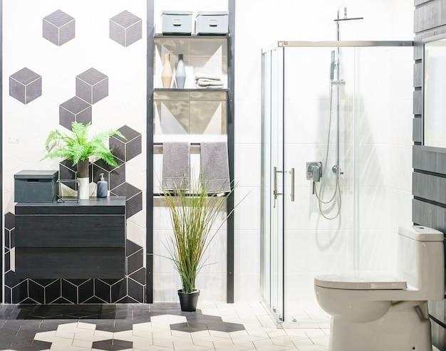 Baño moderno interior con paredes blancas