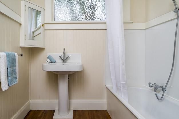 Baño pequeño con ventana en el apartamento.
