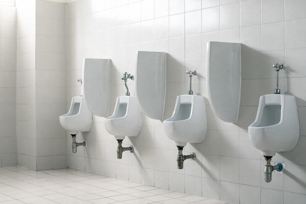Baño público de caballeros. concepto interior y sanitario.