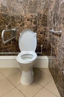 Baño público para personas mayores con equipamiento especial en hospital o residencia de ancianos