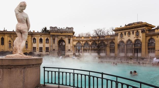 El baño termal de szechenyi, el baño medicinal más grande de europa.