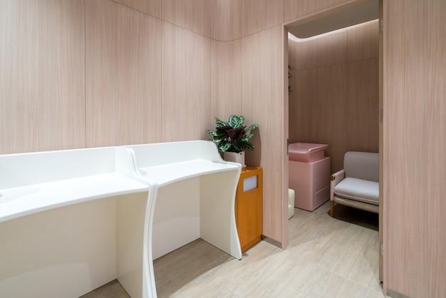 Baños públicos para madres y bebés en centros comerciales.